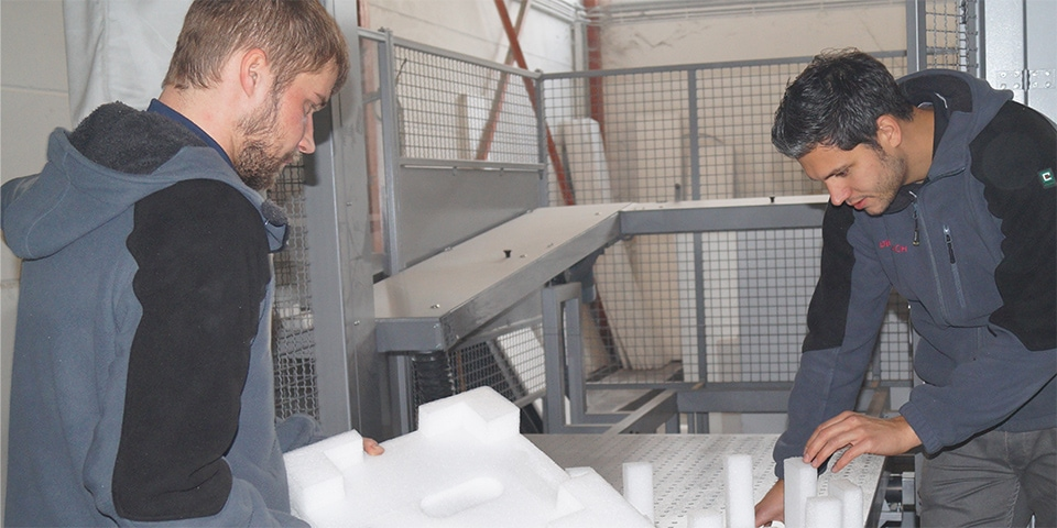 Zwei Mitarbeiter von Diefenbach Verpackungen mit einer Styropor Verpackung