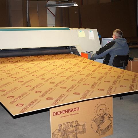 Mitarbeiter von Diefenbach Verpackungen beim bedienen einer großen Digitaldruckmaschine