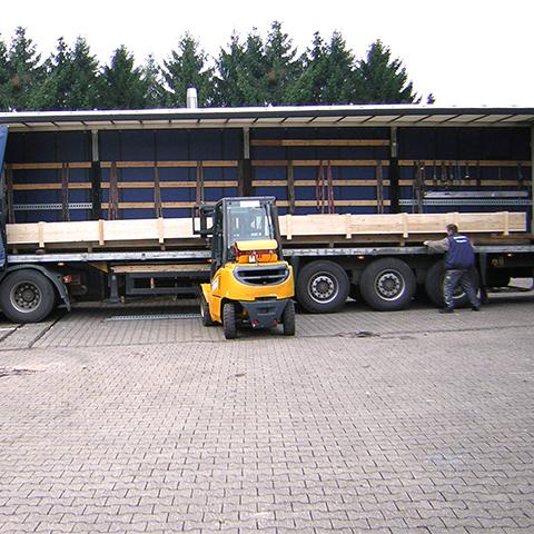 Gabelstapelfahrer beim Entladen eines LKWs bei Diefenbach Verpackungen